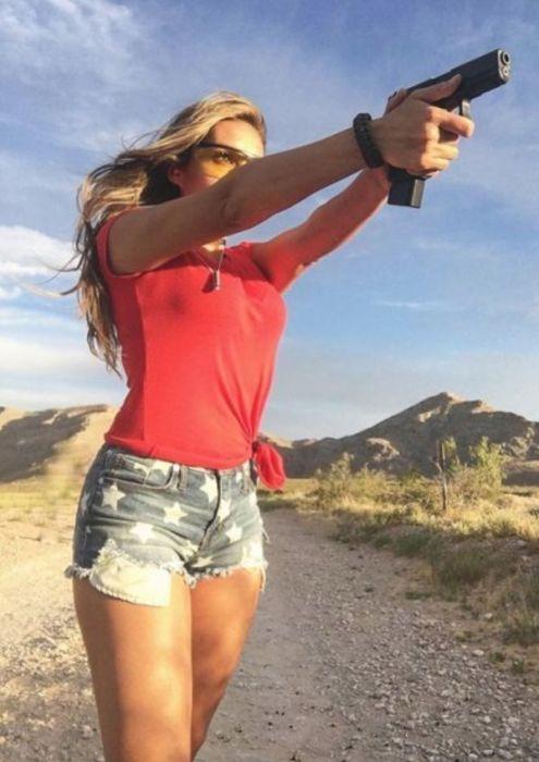 Красивые девушки с оружием и военнослужащие