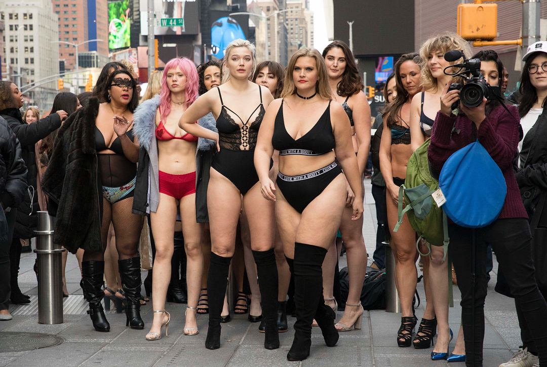 Полураздетые девушки прошлись по Таймс-сквер