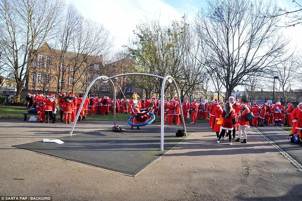 Сотни молодых людей на ежегодном Сантаконе в Лондоне