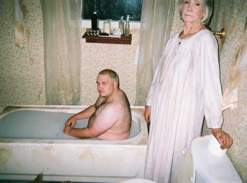 Бабуля предлагает мужикам молочные ванны под ее надзором