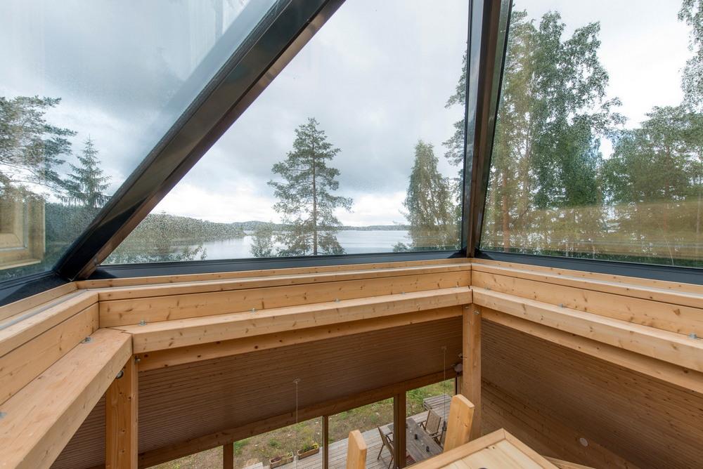 Деревянный дом-пирамида на берегу озера в Финляндии