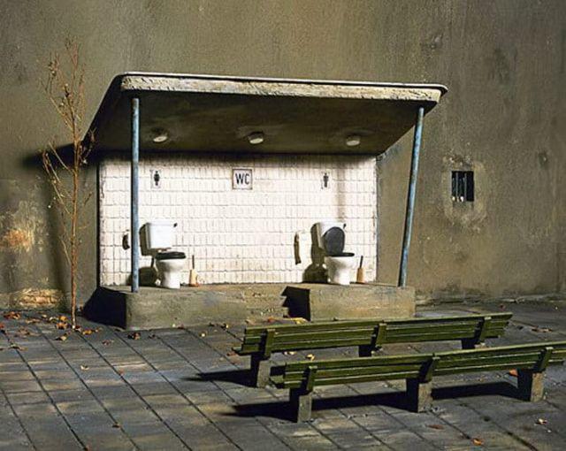 Немецкий фотограф высмеивает современное общество своими миниатюрами