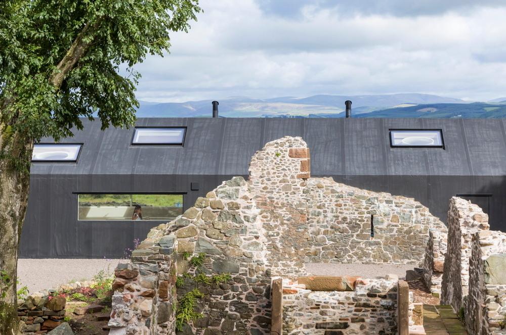 Современный дом в старых каменных руинах