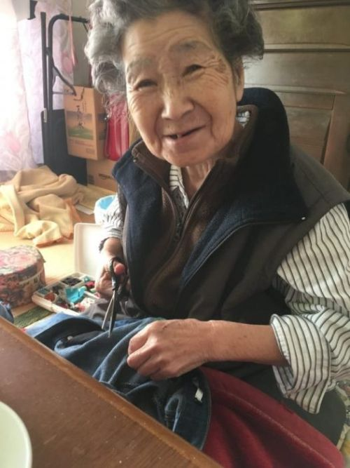 Бабушка зашила рваные джинсы внучки, чтобы не та замерзала