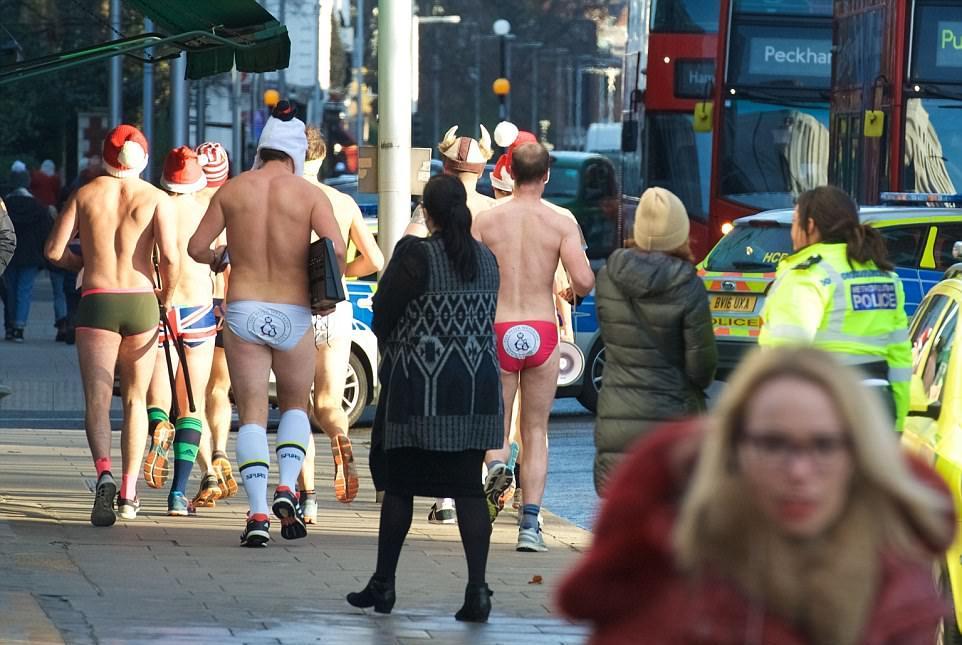 Бегуны и велосипедисты на улицах Лондона