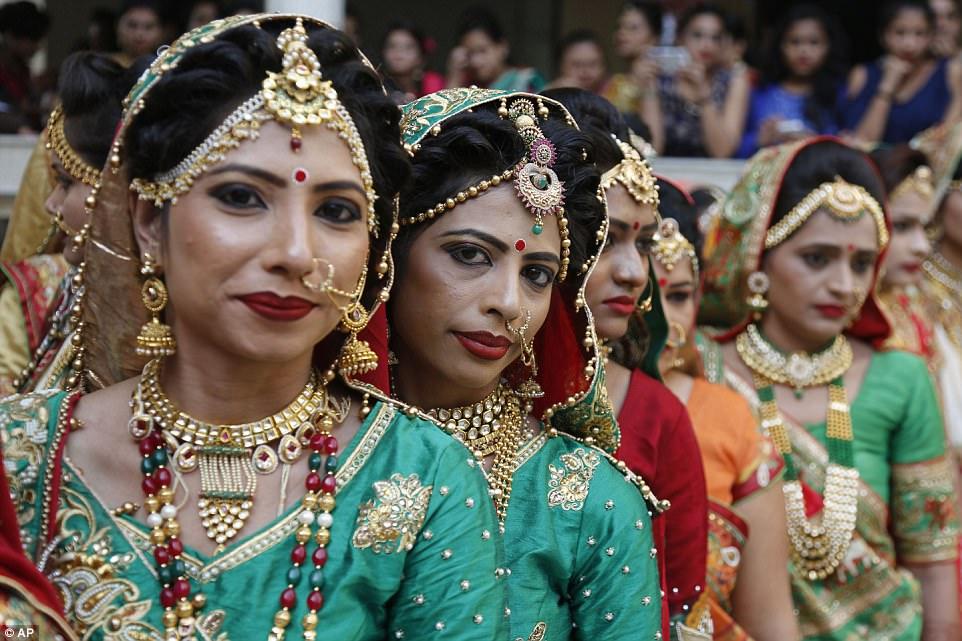 Сотни невест связали себя узами брака в Индии