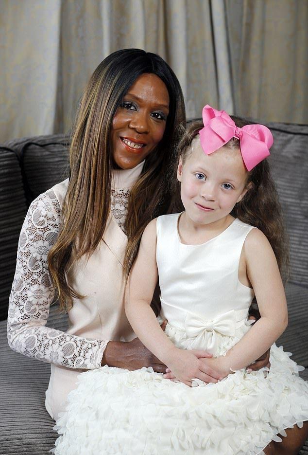 У черной женщины родилась белая девочка с голубыми глазами