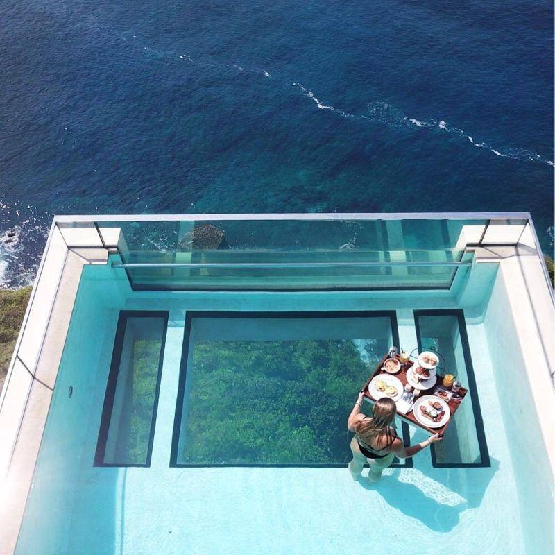 Бассейн со стеклянным дном на 150-метровой высоте