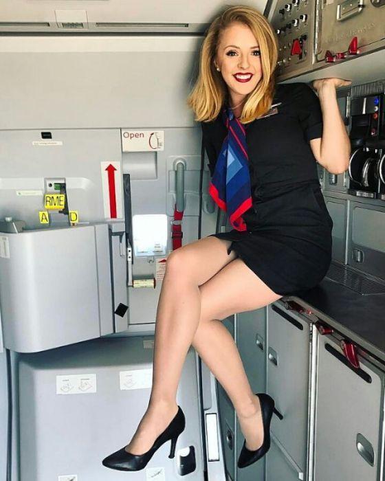 Симпатичные девушки-стюардессы