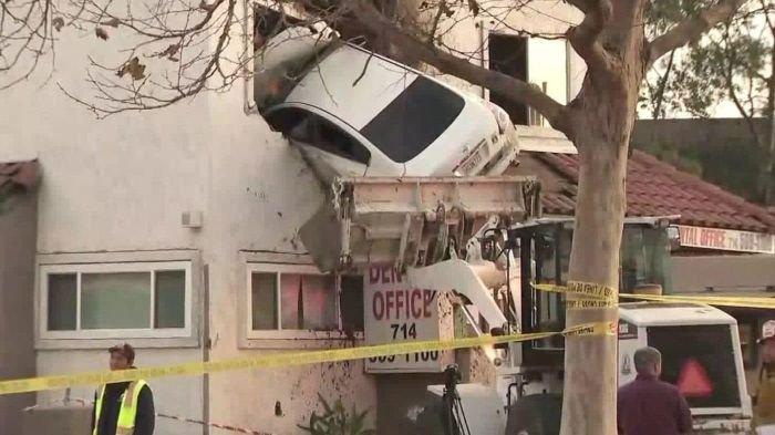 В Калифорнии автомобиль влетел во второй этаж здания