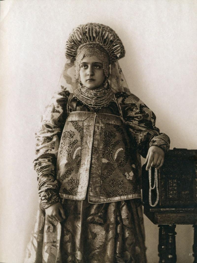 Русские женщины 19-го века в традиционных костюмах