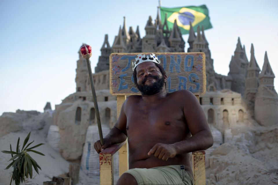 Король пляжа: бразилец 22 года живет в песчаном замке