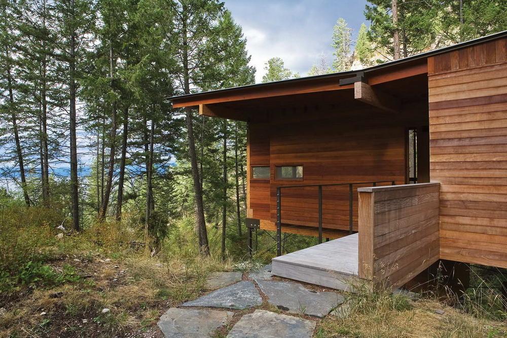 Небольшой деревянный дом у озера в США