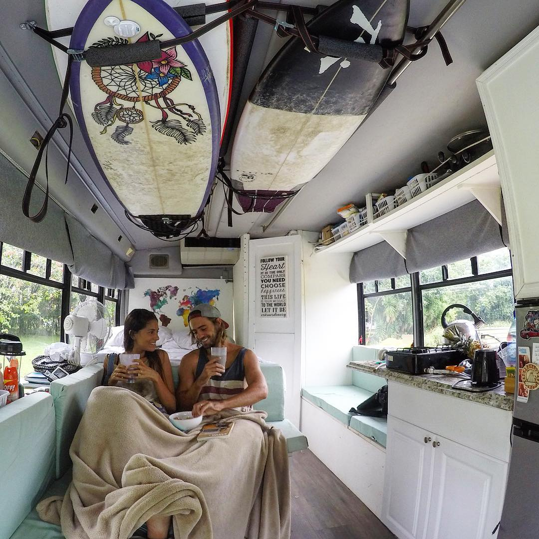 Молодожены путешествуют по Америке в школьном автобусе