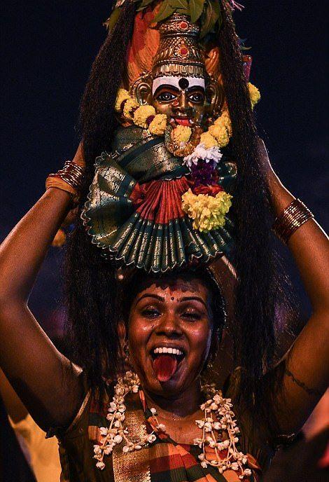 Веселый индуистский праздник с проколотыми участниками