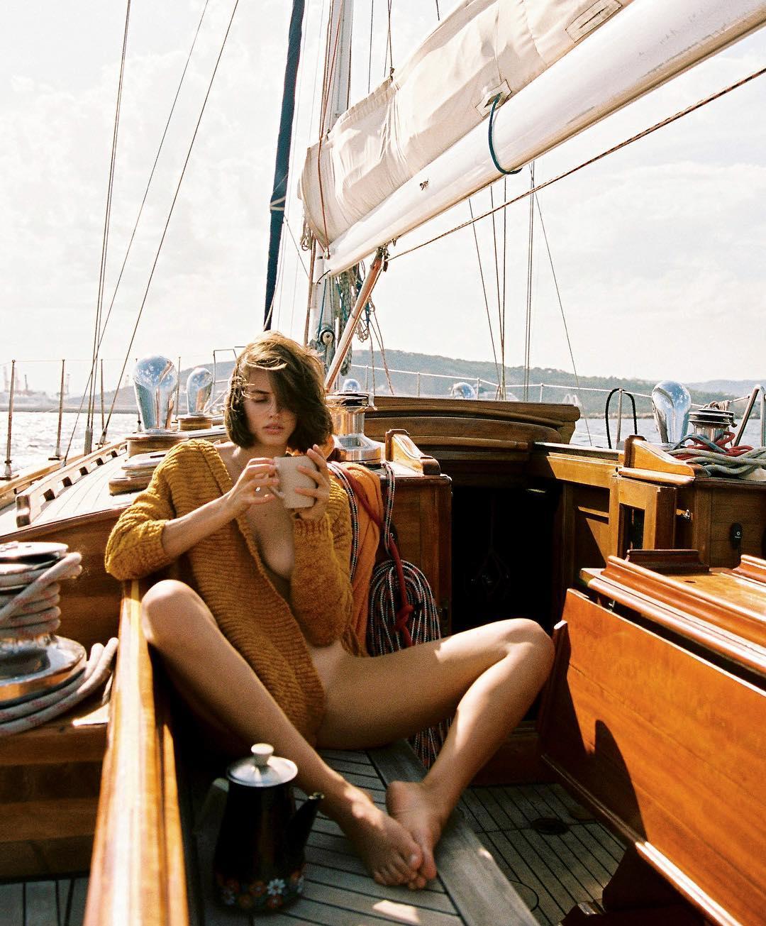 Фотограф путешествует по миру и снимает красивых девушек