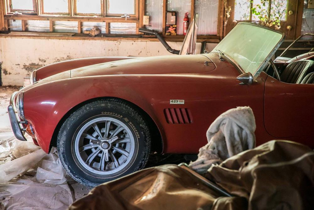 Ferrari 275 GTB и Shelby Cobra за $3.8 млн нашли в гараже заброшенного дома