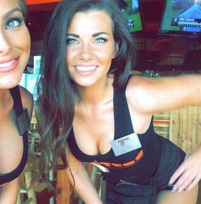 Симпатичные девушки из ресторана HOOTERS