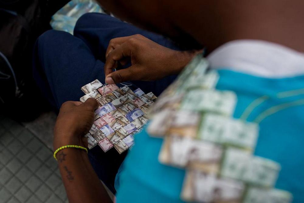 В Венесуэле из денег плетут поделки и продают