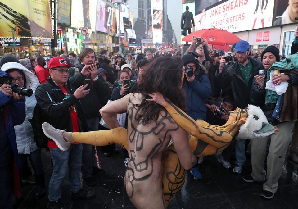 Голые люди на Таймс-сквер