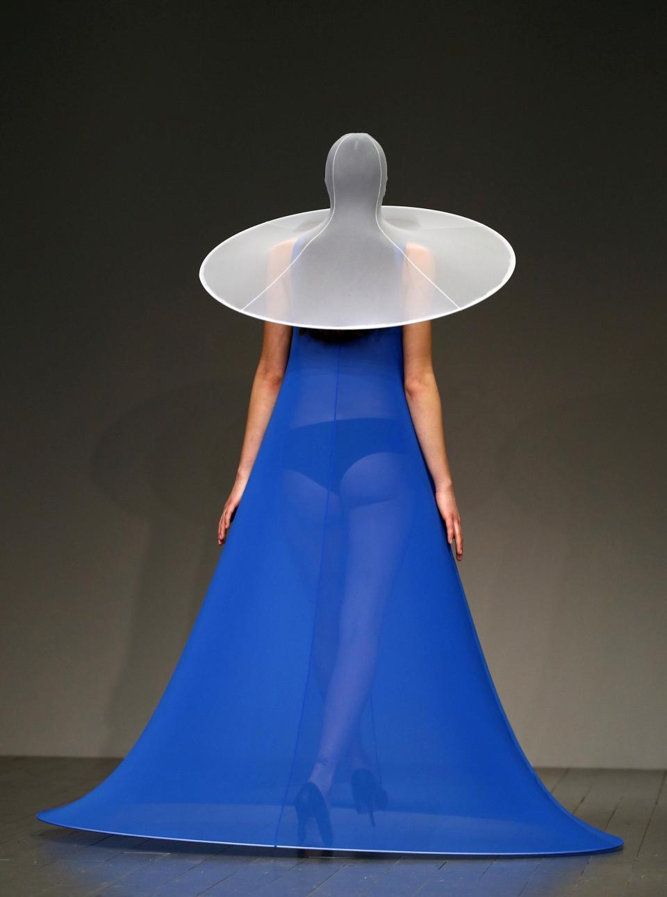 Платья-презервативы и одежда из матрасов на Неделе моды в Лондоне