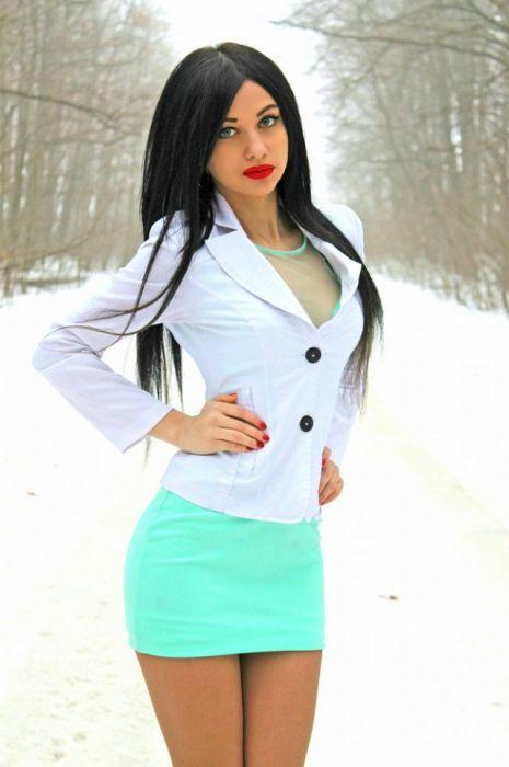 Красивые девушки в коротких юбках