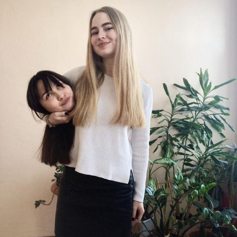 Флешмоб с головами друзей под мышкой в Инстаграм