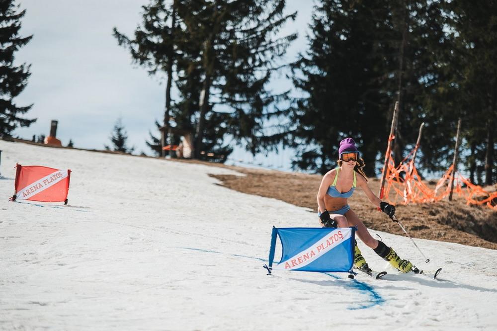 Соревнования по спуску с горы в бикини в Румынии