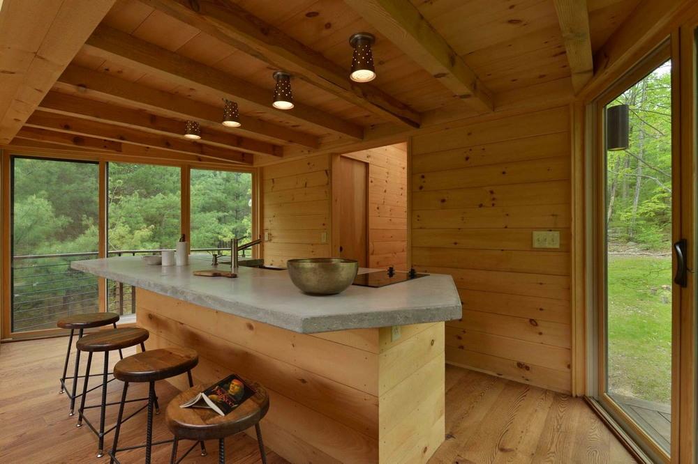 Дом на берегу лесного озера в США
