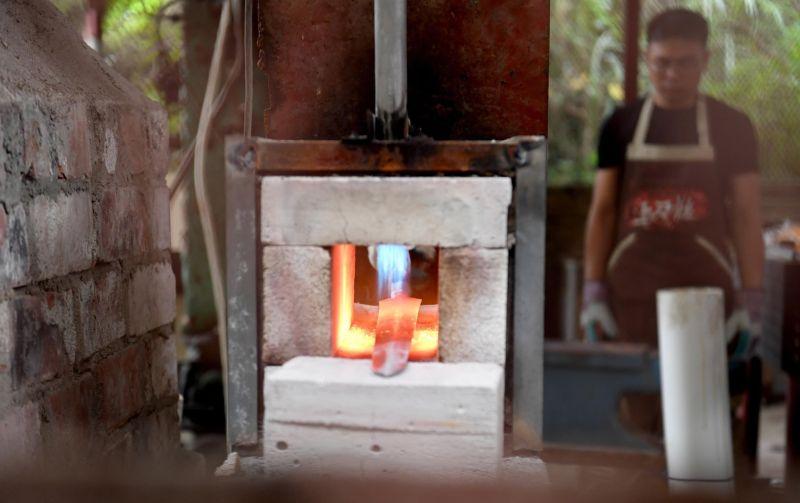 Фотограф бросил работу, чтобы возродить древнекитайскую технологию изготовления мечей