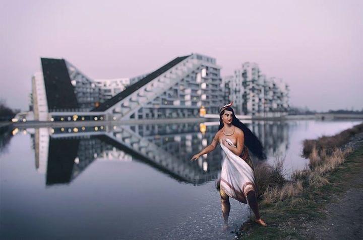 Художник помещает героев картин на современные фотографии