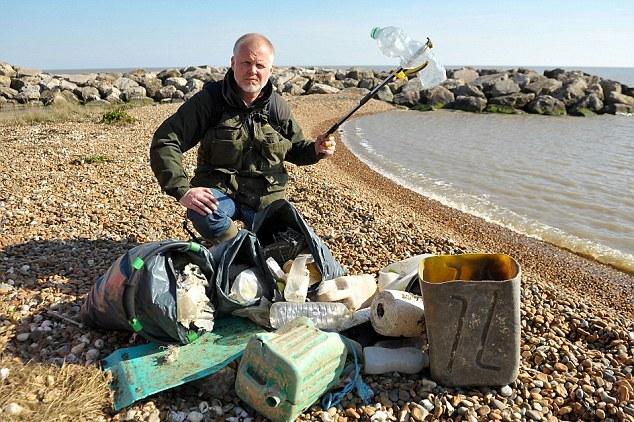 Британец каждую неделю собирает по три мешка мусора на пляже