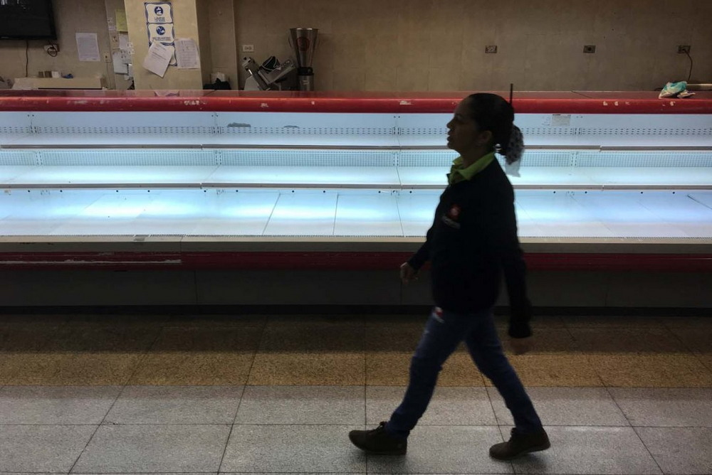Пустые полки в супермаркетах Венесуэлы