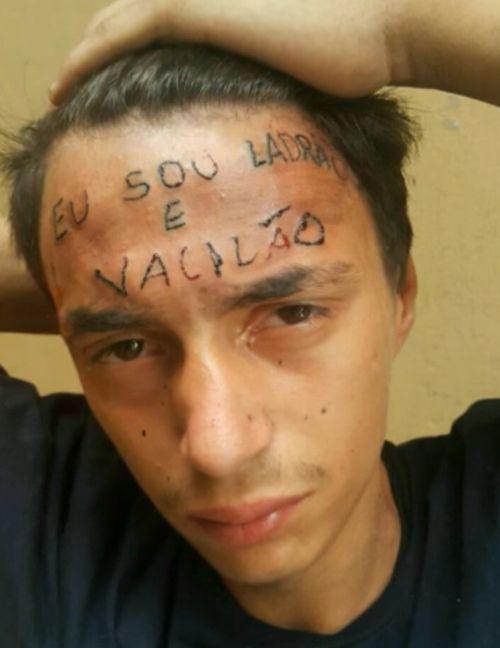 Жулик с татуировкой я вор и идиот на лбу попался на краже