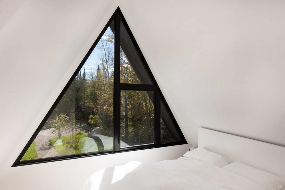 Каркасный домик возле лесного озера в Канаде