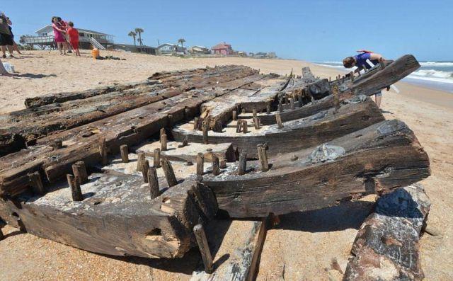 Во Флориде на берег выбросило обломки судна XVIII века