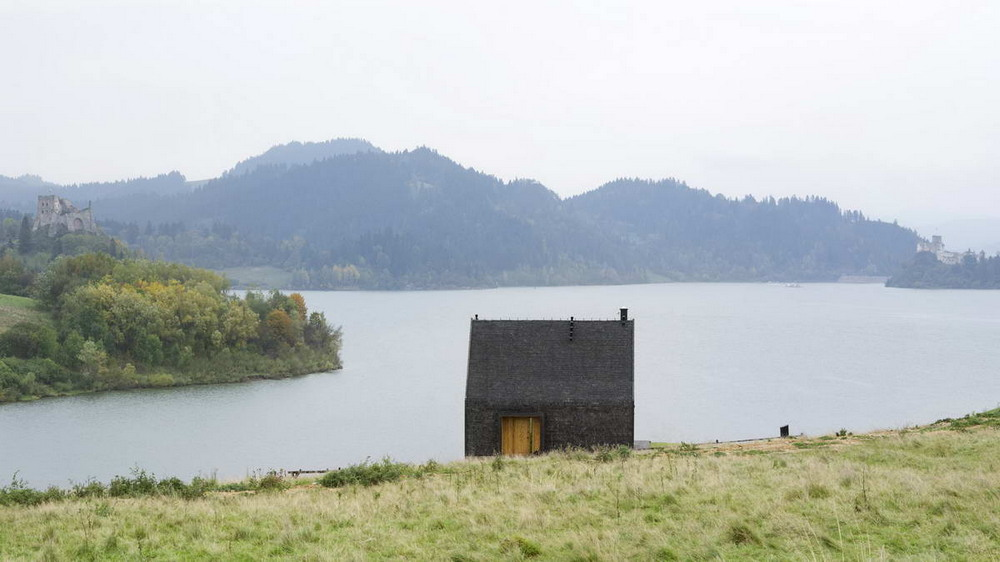 Горная хижина на берегу озера в Польше