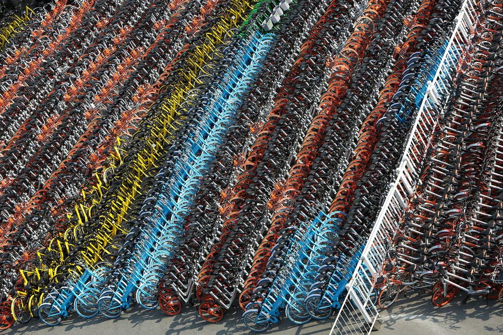 Кучи брошенных и сломанных велосипедов наводнили Китай