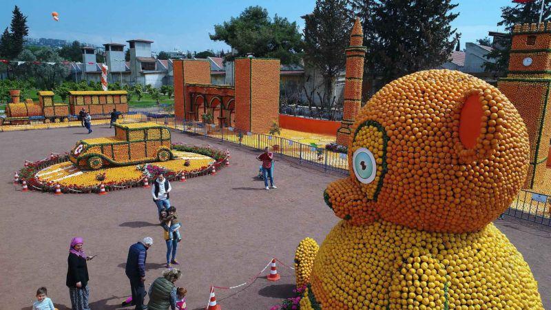 Турецкий карнавал со скульптурами из цитрусовых