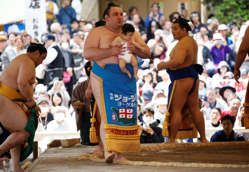 На весеннем фестивале сумо выступили сильнейшие борцы