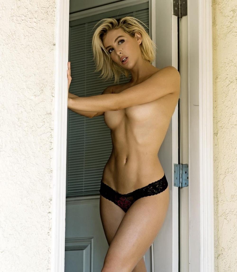 Красивые девушки с полуобнажённой грудью