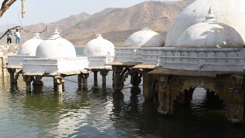 Сильная засуха обнажила древний индуистский храм