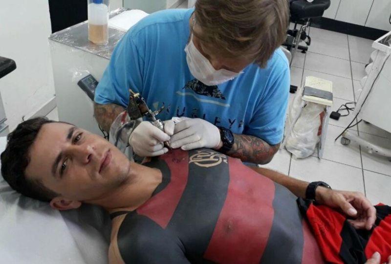 Бразильский фанат сделал татуировку в виде футболки любимой команды
