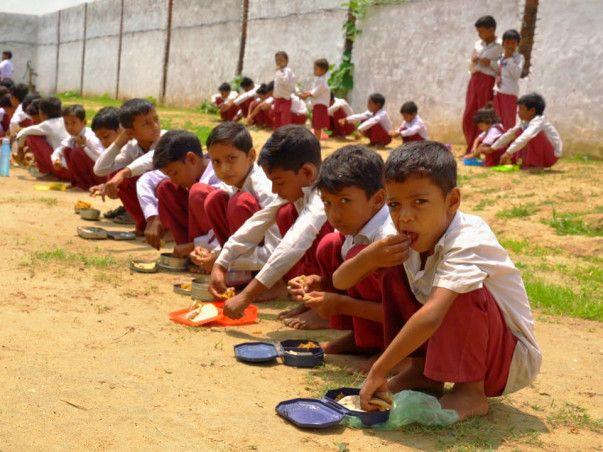 В индийской школе одновременно пишут левой и правой рукой