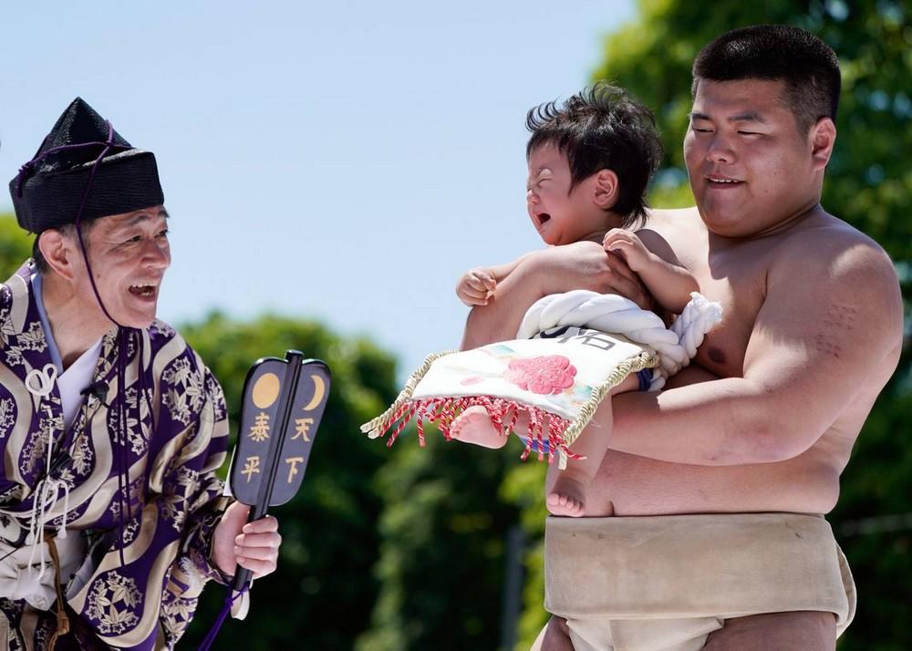 Ежегодный фестиваль Наки Сумо, на котором заставляют детей плакать
