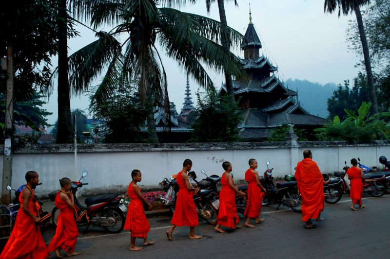 Лысых мальцов с макияжем посвящают в монахи