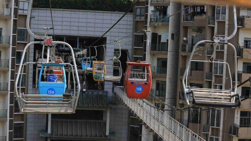 Новая канатная дорога для экскурсий среди многоэтажек