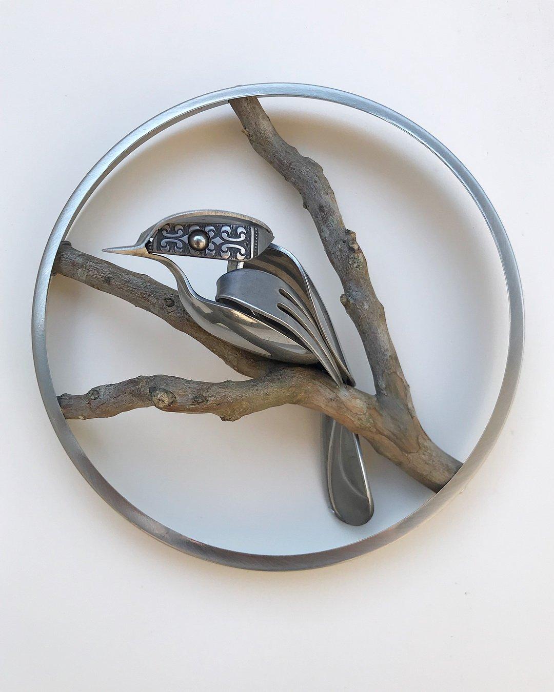 Реалистичные скульптуры птиц из старых вилок и ложек
