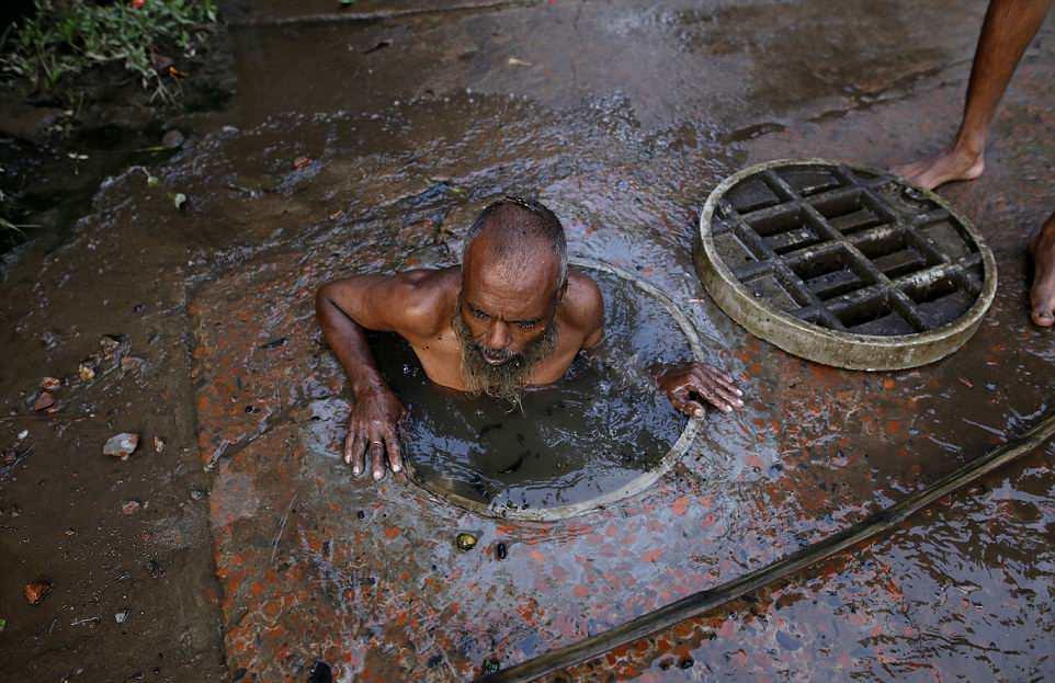 Работа чистильщика канализации в Бангладеш