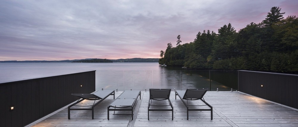 Длинный дом возле озера в Канаде